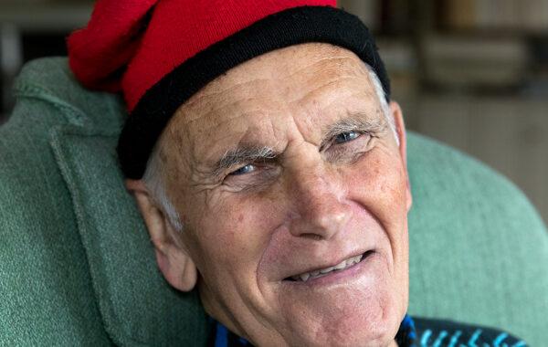 En äldre man med en katalansk mössa.