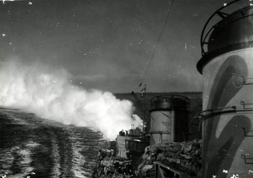 Tjock rök i aktern av en militärbåt.