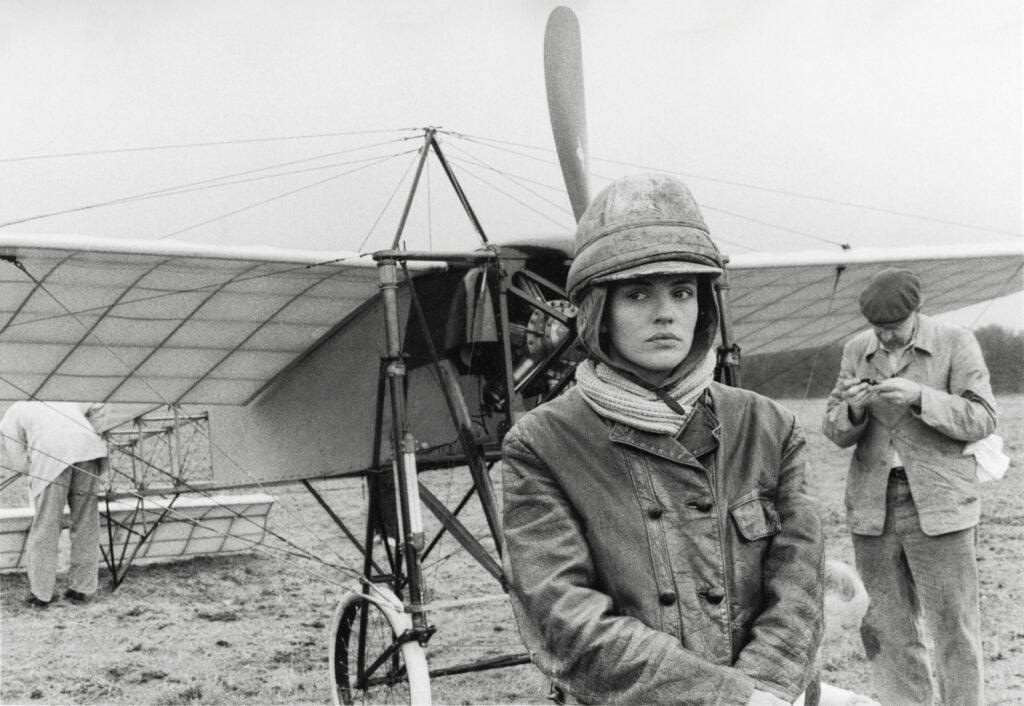 En kvinna från ett gammalt flygplan.