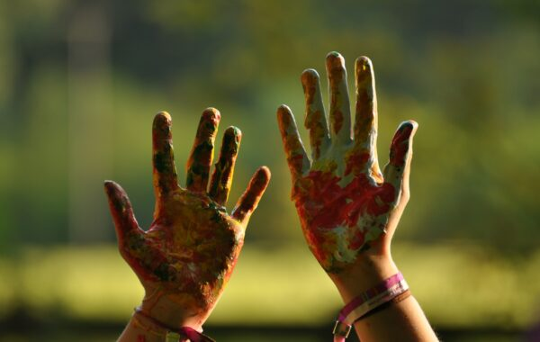 Två handflator med färg