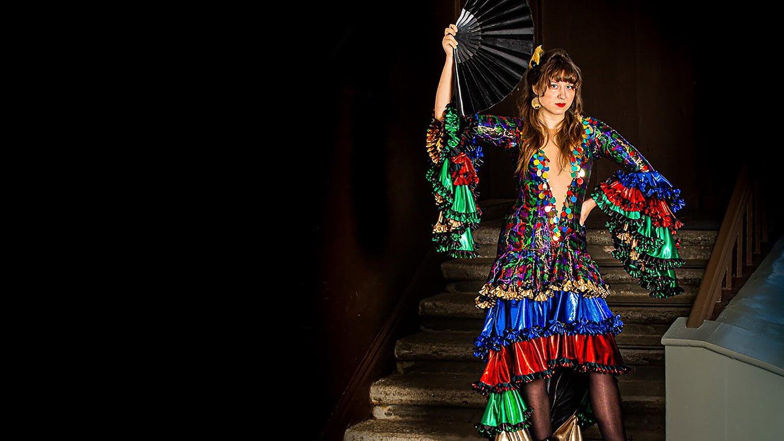 En kvinna i färgglad klänning.